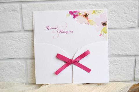 Προσκλητήρια γάμου ρομαντικά -Γ1732 - <p>Ρομαντικό προσκλητήριο με λουλούδια   δεμένο με φούξια γκρο κορδέλα!</p>...