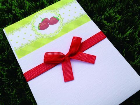 Προσκλητήριο Βάπτισης Φράουλα -Β1557 - <p>Συρταρωτό προσκλητήριο βάπτισης με θέμα τη φράουλα σε λαχανί αποχρώσεις και δέσιμο απο φιλτιρέ κορδέλα!</p>...