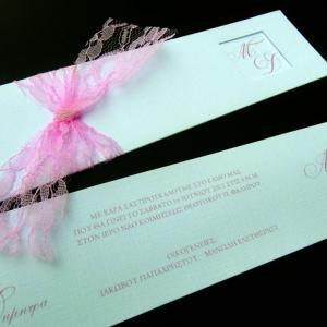Προσκλητήριο γάμου -Γ1201 - <p>Μακρόστενος λευκός φάκελος με υφή υφάσματος και ροζ δαντέλα.</p>...