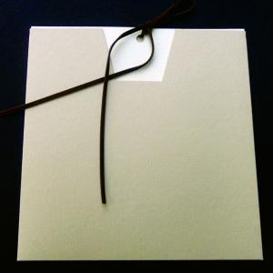 Προσκλητήριο γάμου -Γ1208 - <p>Συρταρωτός εκρού φάκελος με καφέ σουέτ κορδόνι.</p>...