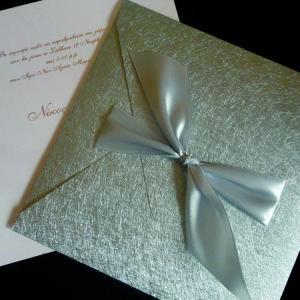 Προσκλητήριο γάμου -Γ1240 nature silver - <p>Εντυπωσιακό προσκλητήριο 20x20cm. με ασημί δερματίνη  ;nature ;, μοντέρνο δέσιμο με γκρι-ασημί σατέ κορδέλα και λευκή μεταλιζέ κάρτα με ασημοτυπία.</p>...