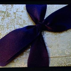 Προσκλητήριο γάμου -Γ1253 mosaic gold - <p>Κομψός κουμπωτός φάκελος με εντυπωσιακή δερματίνη  ;mosaic gold ;, μοντέρνο δέσιμο  ;μονός φιόγκος ; με καφέ σατέν κορδέλα.</p>...