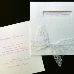 Προσκλητήριο γάμου -Γ1263 - <p>Κομψό τετράγωνο λευκό προσκλητήριο με υφή υφάσματος, ματιέρα και λευκή δαντέλα.</p>...