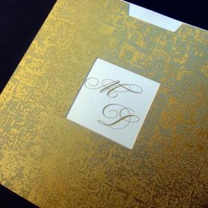 Προσκλητήριο γάμου -Γ1265 mosaic gold - <p>Τετράγωνο 16x16cm. προσκλητήριο από δερματίνη  ;mosaic gold ;, ματιέρα ώστε να διακρίνονται τα μονογράμματα και κρεμ κάρτα.</p>...