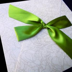 Προσκλητήριο γάμου -Γ1273 precious white - <p>Εντυπωσιακό προσκλητήριο 20x20cm. από δερματίνη  ;precious white ;, αποχρώσεις λευκού και λαδί, μοντέρνο δέσιμο με λαδί σατέν κορδέλα.</p>...