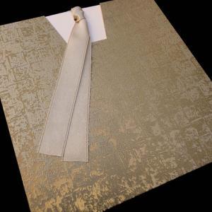 Προσκλητήρια γάμου -Γ1321 - <p>Συρταρωτό κρεμ προσκλητήριο από χρυσή mosaic δερματίνη και ιδιαίτερο δέσιμο  ;γραβάτα ;.</p>...
