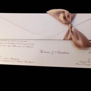Προσκλητήρια γάμου -Γ1462 - <p>Κρεμ μεταλιζέ προσκλητήριο με σοκολά φαρδιά σατέν κορδέλα και ανάγλυφα μονογράμματα στο φάκελο.</p>...