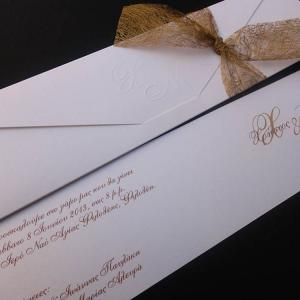 Προσκλητήρια γάμου -Γ1315 - <p>Λευκό μεταλιζέ προσκλητήριο με ανάγλυφα μονογράμματα και ιδιαίτερη χρυσή κορδέλα  ;αράχνη ;.</p>...
