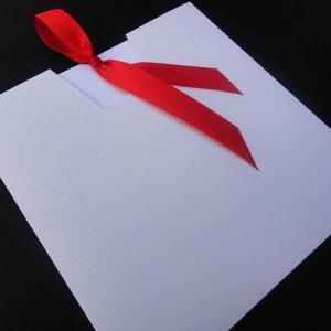 Προσκλητήρια γάμου -Γ1343 - <p>Οικονομικό συρταρωτό λευκό προσκλητήριο με κόκκινες λεπτομέρειες.</p>...