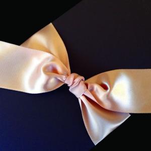 Πολυτελές Προσκλητήριο Γάμου -Lux08 - <p>Συρταρωτό καφέ προσκλητήριo γάμου, από χαρτί με υφή δέρματος, δέσιμο από φαρδιά κρεμ σατέν κορδέλα.</p>...