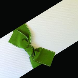 Πολυτελές Προσκλητήριο Γάμου -lux09 - <p>Συρταρωτό λευκό προσκλητήριo γάμου, από ραβδωτό χαρτί, εντυπωσιακό δέσιμο από λαδί γκρο φαρδιά κορδέλα με γαζί.</p>...