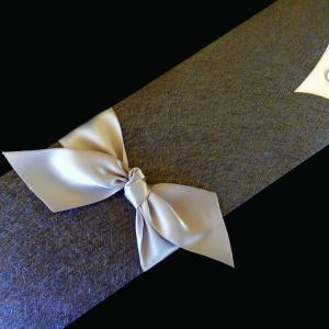 Πολυτελές Προσκλητήριο Γάμου -lux10 - <p>Πολυτελές συρταρωτό προσκλητήριo γάμου, από εντυπωσιακό χαρτί δερματίνης nature grey, δέσιμο από φαρδιά μεταξωτή κορδέλα και γκλίτερ εκτύπωση.    Ξεχωρστό προσκλητήριο για ζευγάρια που θέλουν να  ;ξεχωρίσουν ;!</p>...