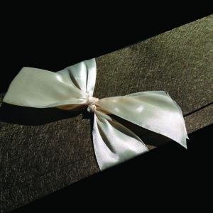 Πολυτελές Προσκλητήριο Γάμου -lux16 - <p>Μακρόστενο κουμπωτό προσκλητήριo γάμου, από ιδιαίτερη λαδόχρυση δερματίνη nature olive, δέσιμο μονός φιόγκος από μεταξωτή κρεμ κορδέλα.    Άλλο ένα ιδιαίτερο προσκλητήριο από τη μοναδική Luxury Collection!</p>...