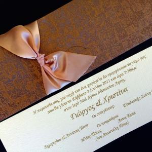 Πολυτελές Προσκλητήριο Γάμου -lux17 - <p>Μακρόστενο κουμπωτό προσκλητήριo γάμου, από ιδιαίτερη δερματίνη mosaic bronze, δέσιμο από μεταξωτή σοκολά κορδέλα και ανάφλυφη εκτύπωση.</p>...