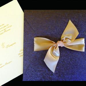 Πολυτελές Προσκλητήριο Γάμου -lux20 - <p>Προσκλητήριo γάμου 20x20cm. από, από καφέ δερματίνη nature brown, δέσιμο από μεταξωτή σοκολά κορδέλα και εκτύπωση χρυσοτυπίας.</p>...