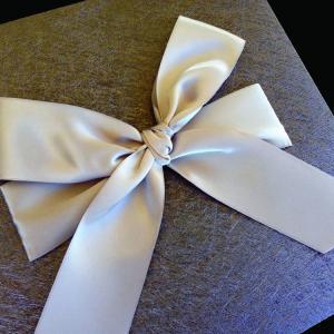 Πολυτελές Προσκλητήριο Γάμου -lux21 - <p>Εντυπωσιακό προσκλητήριo γάμου 20x20cm. από ιδιαίτερη ανθρακί δερματίνη nature grey, δέσιμο από μεταξωτή γκρι κορδέλα και μακέτα με γκρι πλαίσιο.     Άλλο ένα ιδιαίτερο προσκλητήριο από τη μοναδική Luxury Collection!</p>...