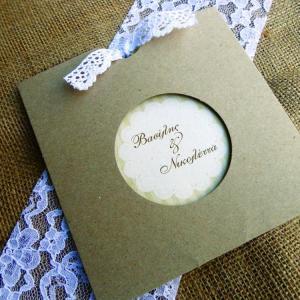Προσκλητήριο Γάμου Vintage -Γ1563 - <p>Ρομαντικό συρταρωτό προσκλητήριο γάμου από οικολογικό χαρτί με δέσιμο από αυθεντική δαντέλα.</p>...