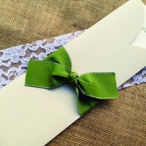 Προσκλητήρια Γάμου -Γ1503 - <p>Συρταρωτό προσκλητήριο γάμου από σε γήινες αποχρώσεις και δέσιμο από φαρδιά λαδί γκρο κορδέλα με γαζί.</p>...