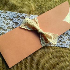 Προσκλητήριο Γάμου Σάπιο Μήλο -Γ1505 - <p>Ιδιαίτερο συρταρωτό προσκλητήριο γάμου από χαρτί με υφή δέρματος σε σάπιου μήλου αποχρώσεις και δέσιμο από κρεμ δαντέλα.</p>...