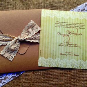 Προσκλητήρια Γάμου Δαντέλα -Γ1510 - <p>20x20cm. vintage προσκλητήριο γάμου από ανακυκλωμένο χαρτί σε γήινες αποχρώσεις και δέσιμο από κρεμ δαντέλα.</p>...