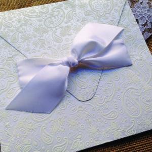 Προσκλητήρια Γάμου Δαντέλα -Γ1511 - <p>Μοναδικό 20x20cm. vintage προσκλητήριο γάμου από χαρτί με υφή δαντέλας σε λευκές αποχρώσεις και δέσιμο από φαρδιά μεταξωτή κορδέλα.</p>...
