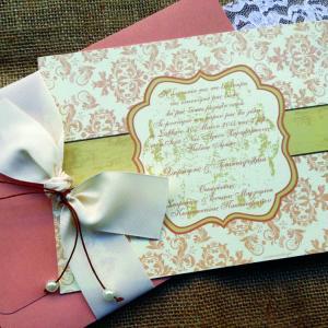 Προσκλητήρια Γάμου Vintage -Γ1523 - <p>Ιδιαίτερο βίνταζ προσκλητήριο γάμου από χαρτί δερματίνης σε σάπιου μήλου απόχρωση, εντυπωσιακό δέσιμο με πέρλες!    Tip:  Μπορείτε να δημιουργήσετε θεματική ενότητα carte postale με πρόσκληση,  μπομπονιέρα, βιβλίο ευχών, ετικέτες κρασιού, χωνάκια κ.ά.</p>...