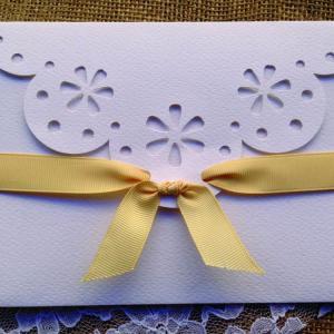Προσκλητήρια Γάμου Δαντέλα -Γ1525 - <p>Ιδιαίτερο βίνταζ προσκλητήριο γάμου, φάκελο με κοπτικό δαντέλας, θέμα ξύλο και δαντέλα.</p>...