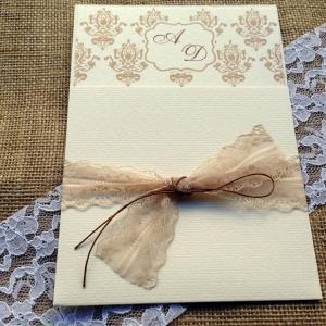 Προσκλητήρια Γάμου Vintage -Γ1535 - <p>Συρταρωτό κρεμ βίνταζ προσκλητήριο γάμου με σοκολατί λεπτομέρειες και δέσιμο με δαντέλα.</p>...