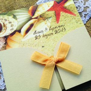 Προσκλητήρια Γάμου Θαλασσινό -Γ1554 - <p>Ιδιαίτερο προσκλητήριο γάμου στα χρώματα της άμμου με θέμα τη θάλασσα!</p>...