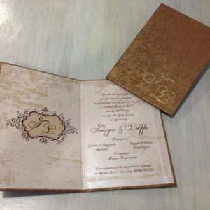 Δίπτυχο Βίνταζ Προσκλητήριο Βιβλίο -Δίπτυχο Προσκλητήριο Γάμου - <p>Μοναδικό δίπτυχο προσκλητήριο vintage βιβλίο, από δερματίνη mosaic bronze και μονογράμματα χρυσοτυπίας!</p>...