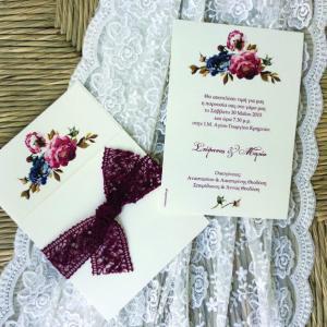 Προσκλητήρια γάμου -Γ1620 - <p>Συρταρωτό floral προσκλητήριο γάμου με φαρδιά μπορντώ βαμβακερή δαντέλα!</p>...