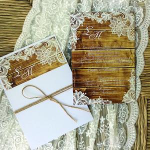 Προσκλητήρια γάμου -Γ1617 - <p>Rustic συρταρωτό προσκλητήριο γάμου με λαχούρ λεπτομέρειες σε ξύλινο φόντο...</p>...
