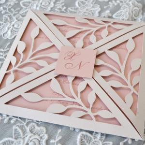 Προσκλητήρια γάμου laser cut -Γ1722 - <p>Ιδιαίτερο προσκλητήριο γάμου, τύπου laser cut με μονογράμματα.</p>...