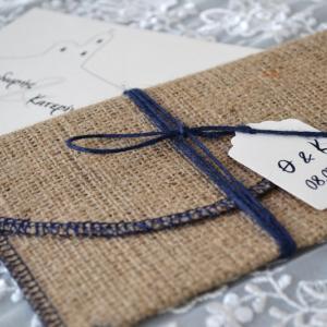 Προσκλητήρια γάμου καλοκαιρινά -Γ1701 - <p>Πρωτότυπο καλοκαιρινό προσκλητήριο με φάκελο λινάτσας και καρτελάκι με μονογράμματα!</p>...