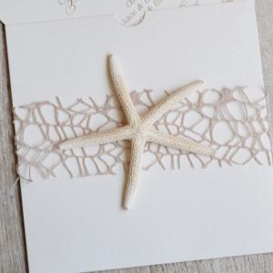 Προσκλητήρια γάμου καλοκαιρινά -Γ1702 - <p>Μοναδικό καλοκαιρινό, συρταρωτό προσκλητήριο με αστερία και κορδέλα δίχτυ στο χρώμα της άμμου!</p>...