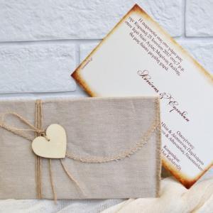 Προσκλητήρια γάμου πρωτότυπα -Γ1706 - <p>Μοναδικό προσκλητήριο γάμου με υφασμάτινο φάκελο δέσιμο με κορδόνι λινάτσα και κρεμαστή ξύλινη καρδιά!</p>...