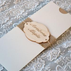 Προσκλητήρια γάμου 2017 -Γ1713 - <p>Πρωτότυπο προσκλητήριο γάμου από οικολογικό χαρτί , με λινάτσα και ξύλινη ροζέτα με ονόματα , στον φάκελο!</p>...