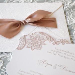 Προσκλητήρια γάμου ρομαντικά -Γ1731 - <p>Φινετσάτο προσκλητήριο γάμου από λαχούρ δερματίνη και δέσιμο με σοκολά σατέν κορδέλα!</p>...
