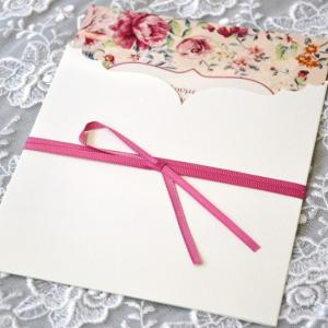 Προσκλητήρια γάμου ρομαντικά -Γ1734 - <p>Ρομαντικό προσκλητήριο με λουλούδια   δεμένο με φούξια γκρο κορδέλα!</p>...