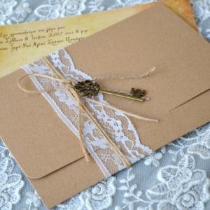 Προσκλητήρια γάμου 2017 -Γ1740 - <p>;To Κλειδί της Αγάπης ;. Μοναδικό προσκλητήριο γάμου, από οικολογικό χαρτί , δεμένο με δαντέλα και κρεμαστό μπρονζέ κλειδί!</p>...
