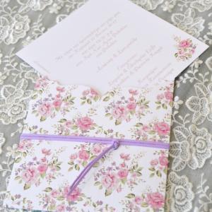 Προσκλητήρια γάμου φλοράλ -Γ1735 - <p>Συρταρωτό floral προσκλητήριο γάμου με δέσιμο από λιλά κορδέλα!</p>...