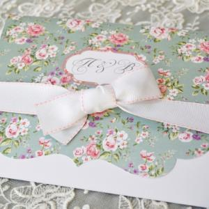 Προσκλητήρια γάμου ρομαντικά -Γ1757 - <p>Μοναδικό floral προσκλητήριο γάμου με εντυπωσιακό δέσιμο από φαρδιά λευκή γκρο κορδέλα!</p>...