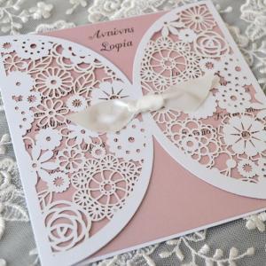 Προσκλητήρια γάμου laser cut -Γ1761 - <p>Μοναδικό προσκλητήριο γάμου laser cut, σε σχέδιο λουλουδιών , με ροζ μεταλιζέ κάρτα και διακοσμημένο με σατέν κορδέλα.</p>...