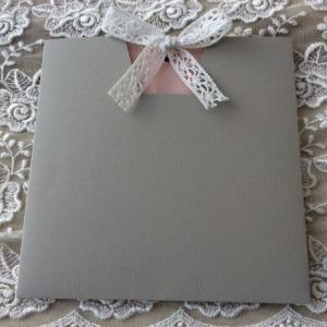 Προσκλητήρια γάμου 2018 -Γ1803 - <p>Πρωτότυπο προσκλητήριο γάμου με τριπλή κάρτα σε γκρι και σάπιο μήλο αποχρώσεις, δέσιμο από βαμβακερή δαντέλα!</p>...