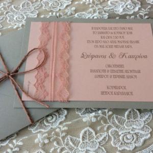 Προσκλητήρια γάμου 2018 -Γ1807 - <p>Μοναδικό προσκλητήριο γάμου σε γκρι και σάπιο μήλο αποχρώσεις, λεπτομέρεια δαντέλας σε σάπιο μήλο...</p>...