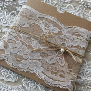Προσκλητήρια γάμου ρομαντικά -Γ1816 - <p>Μοναδικό προσκλητήριο με δέσιμο από φαρδιά δαντέλα!</p>...
