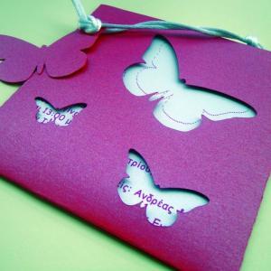 Προσκλητήρια βάπτισης κορίτσι -Β1230 πεταλούδα - <p>Μοναδικό περλέ προσκλητήριο σε αποχρώσεις φούξια λευκό, φάκελος με κοπτικά πεταλούδες και εξωτερική κάρτα σε σχήμα πεταλούδας.</p>...