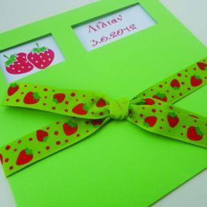 Προσκλητήρια βάπτισης κορίτσι -Β1239 φράουλες - <p>Λαχανί γκοφρέ συρταρωτό προσκλητήριο με δύο ματιέρες, θέμα φράουλες και ιδιαίτερη κορδέλα γκρο με φράουλες.</p>...