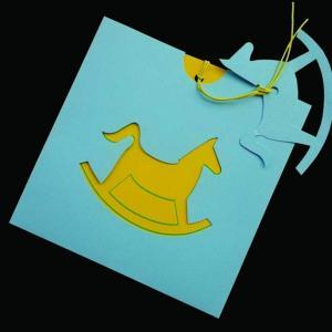 Προσκλητήριο βάπτισης αλογάκι -Β1298α - <p>Προσκλητήριο βάπτισης με κοπτικό αλογάκι σε σιέλ κίτρινες αποχρώσεις.</p>...