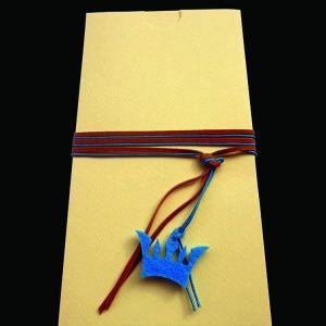 Προσκλητήριο βάπτισης κορώνα -Β1271 - <p>Συρταρωτό γκοφρέ προσκλητήριο βάπτισης σε κρεμ αποχρώσεις και καφέ μπλε λεπτομέρειες, με κρεμαστή τσόχινη κορώνα.</p>...